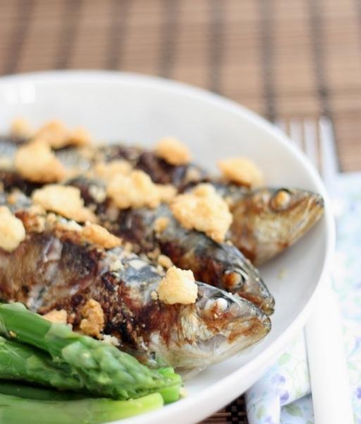 Sardines farcies à la ricotta et basilic, crumble au parmesan