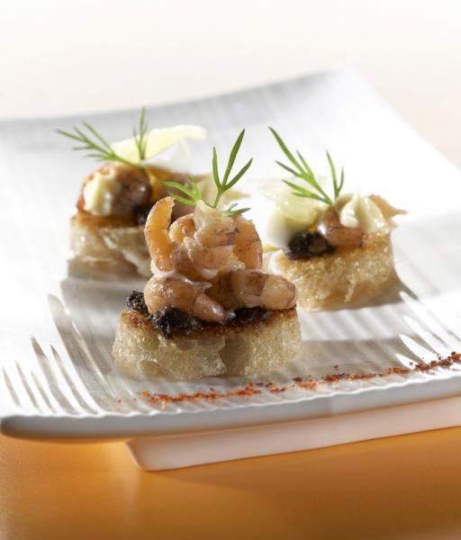 Tartine de crevettes, tapenade, œuf de caille et maïs